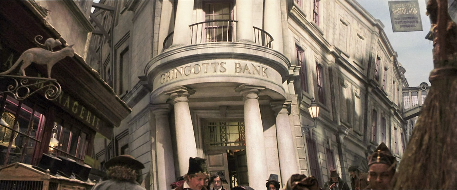 http://images.wikia.com/harrypotter/images/e/e9/Gringotts_bank.jpg