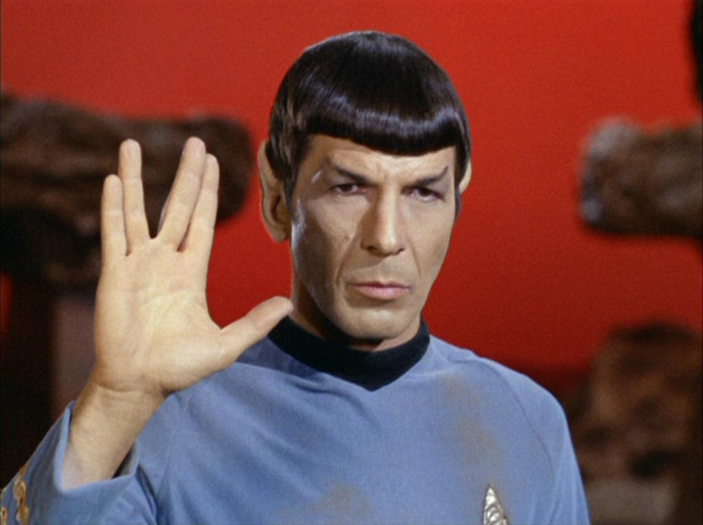 Nouveau Spock_performing_Vulcan_salute