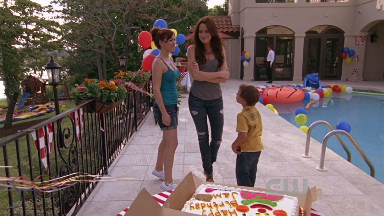 http://images.wikia.com/onetreehill/images/8/8b/701jamiequinnhaley.jpg