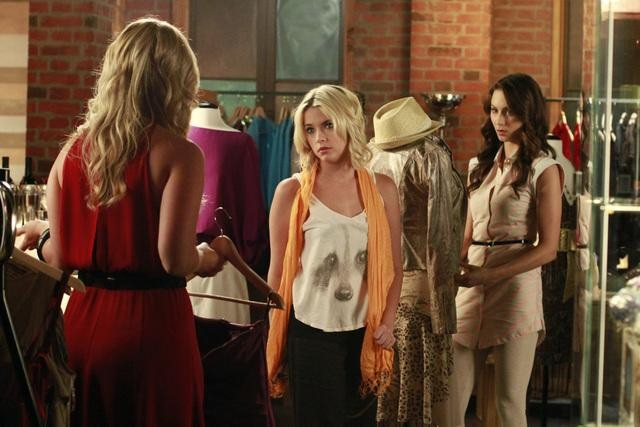 http://images.wikia.com/prettylittleliars/images/2/2f/Hanna-spencer-shopping-season-3-episode-11-single-fright-female.jpg
