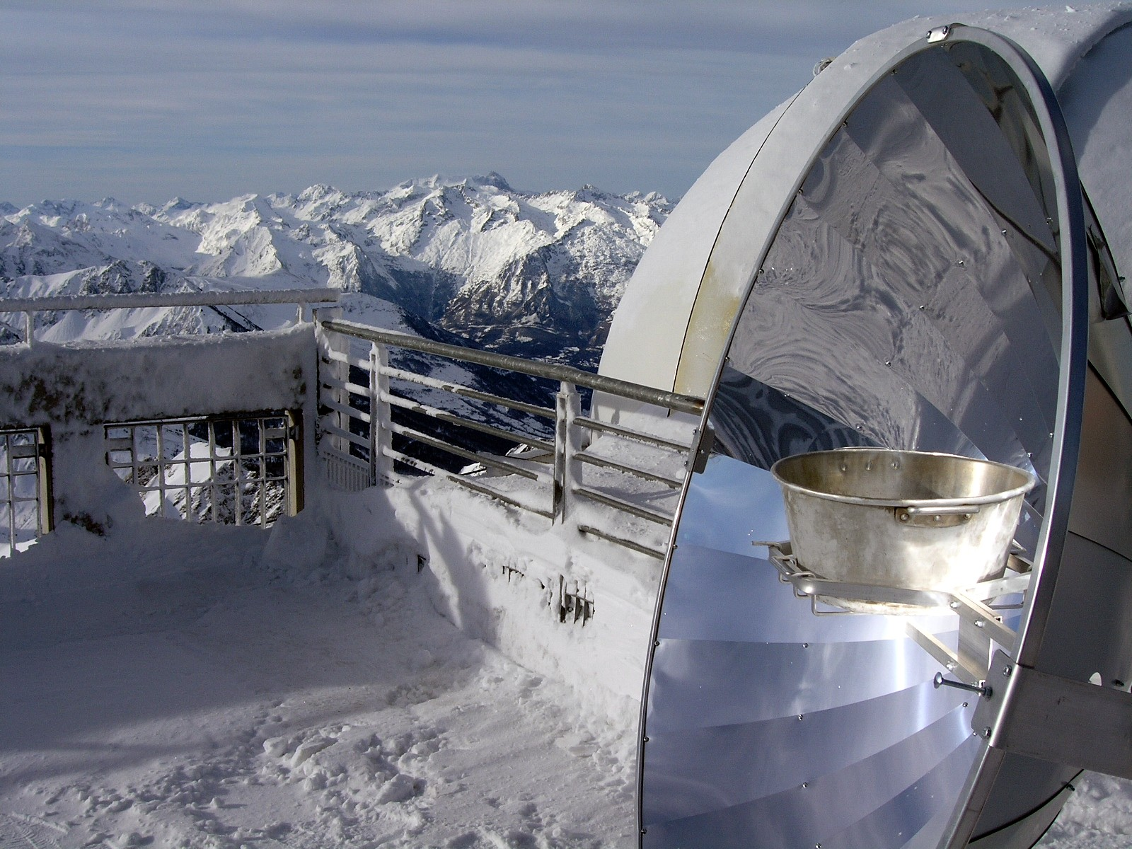 http://images.wikia.com/solarcooking/images/4/48/Solarkocher_in_Frankreich_Alpen.JPG