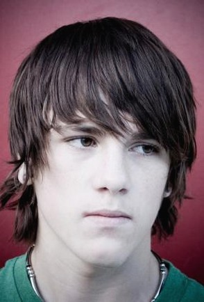 Teen_men_hairstyle_with_long_bangs_fashi