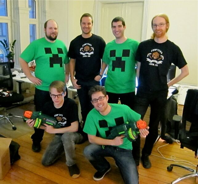 http://ru.minecraftwiki.net/images/thumb/f/fa/Mojang_creeper_shirts.jpg/643px-Mojang_creeper_shirts.jpg